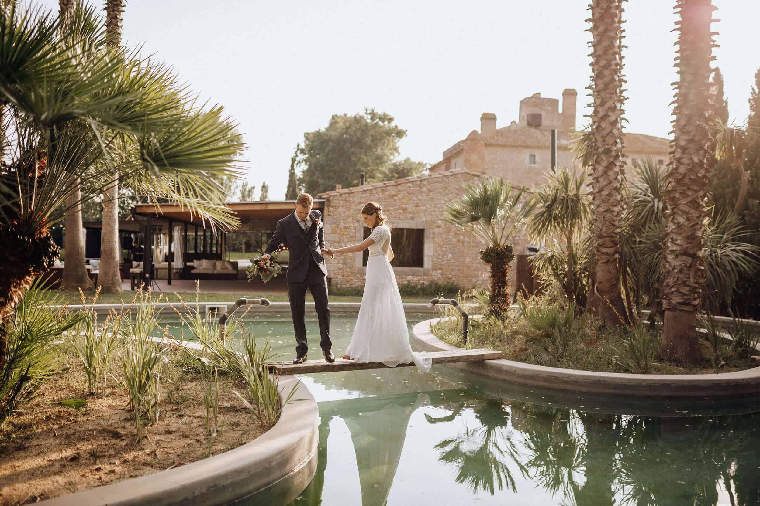 pareja piscina bodas castillo cortal gran